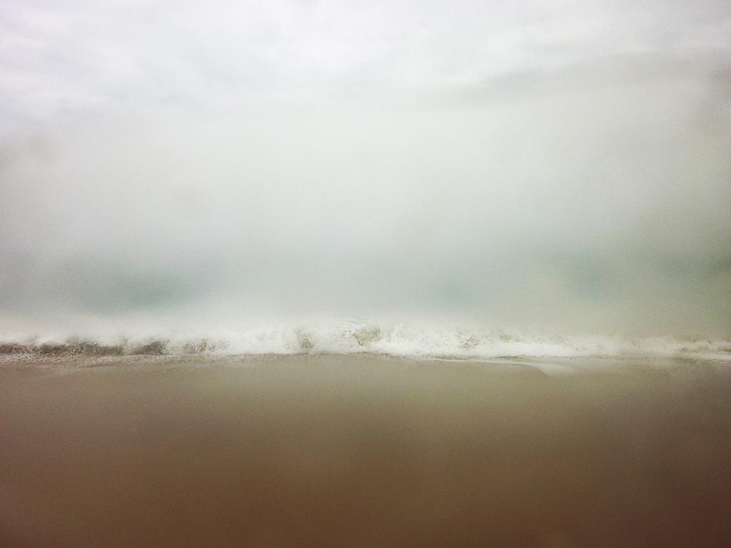 De zee gefotografeerd door een stuk aangespoeld plastic