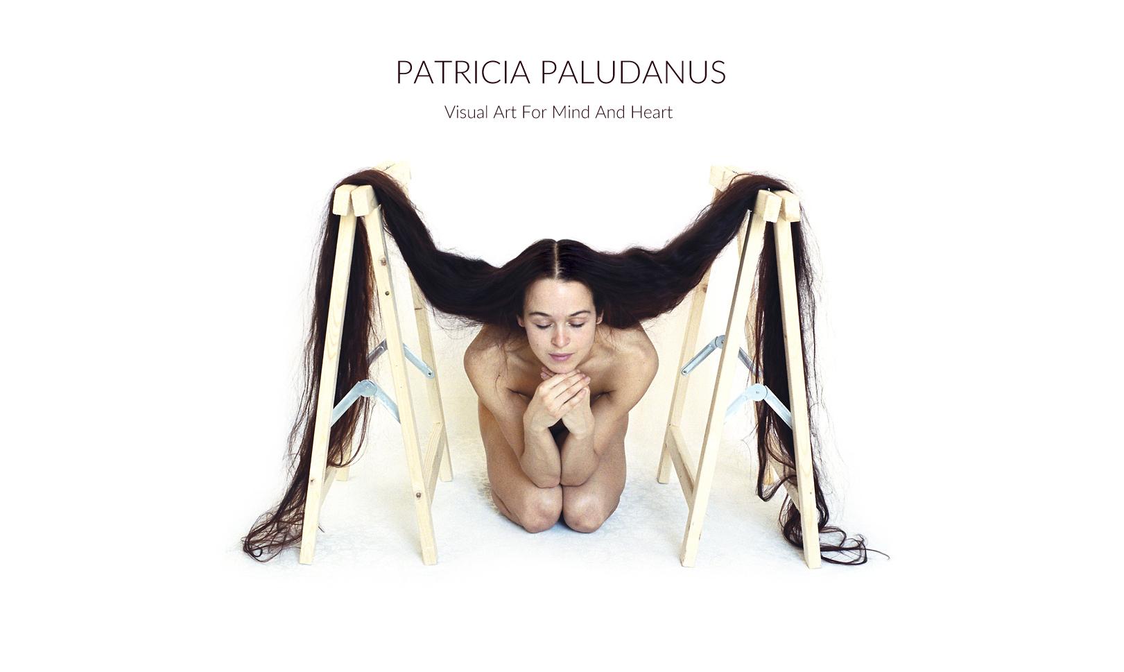 Zelfportret met lang los haar op schragen tegen een witte achtergrond